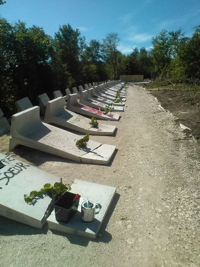 Le mur d'enceinte du chantier de l'Andra mis à bas, dimanche 14 août, par les opposants au projet Cigéo