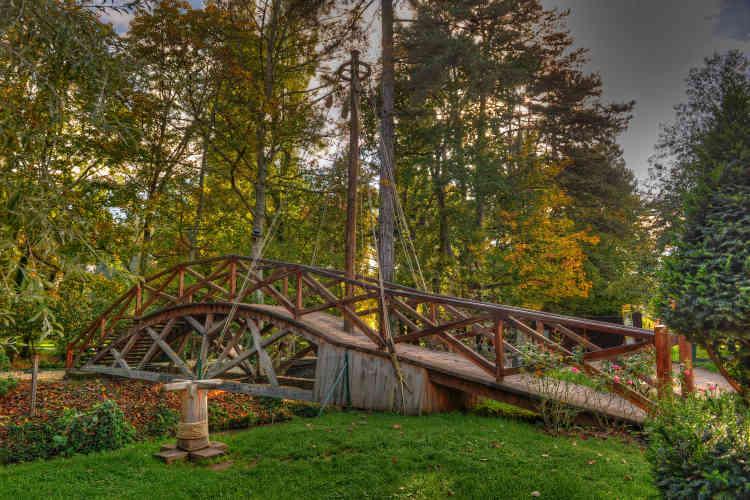 Le pont tournant, construit grandeur nature, fonctionne dans le parc du Clos Lucé.