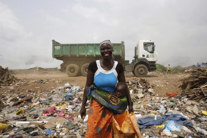 Kalandjibo Balo, 23 ans, vit du recyclage plastique dans le décharge d'Akouedo, près d'Abidjan (le 25 février 2016).
