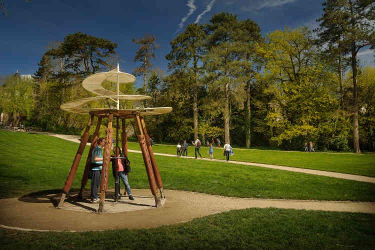 Cette hélice volante exposée dans le parc du Clos Lucé est l'une des seize machines construites grandeur nature, d'après ses dessins.