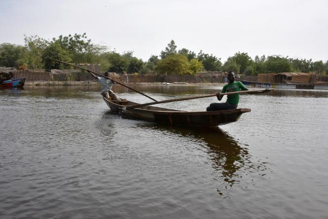 Le 27 janvier 2015, deux enfants traversent le lac Tchad à bord d'une pirogue, près du village de Nougboua.