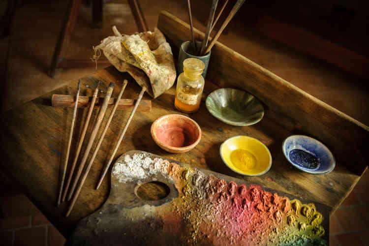 Les outils de peinture sont exposés dans l'atelier de Léonard de Vinci au château du Clos Lucé.