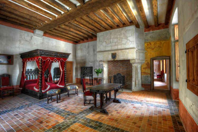 Vilains enduits supprimés, la chambre de Léonard a été restaurée dans l'esprit du XVIe siècle, avec des meubles d'époque.