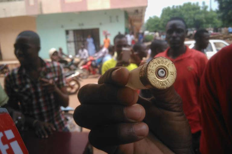 Un manifestant exhibe une douille après une intervention des forces de l'ordre, à Bamako, le 17 août 2016.