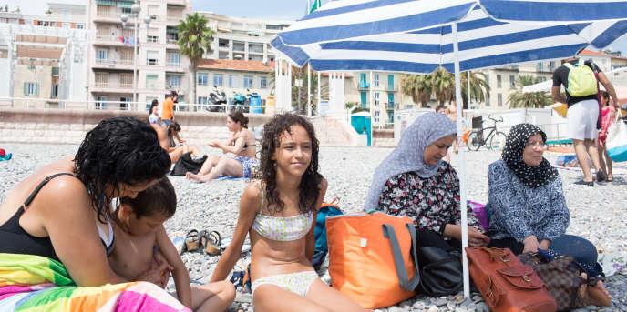 Une famille franco-marocaine sur la plage à Nice, en août 2016.