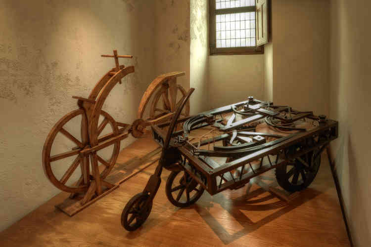 Parmi ces maquettes, se trouvent notamment les ancêtres de la bicyclette et de l'automobile.