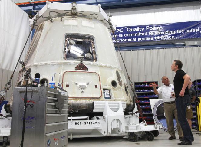 Le PDG de SpaceX Elon Musk dans une usine du groupe en 2012.