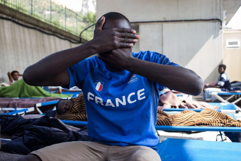 Lecentre d'accueil Parco Roya, géré parpar la Croix-Rouge italienne, accueille les hommes seuls. Beaucoup d'entre eux aimeraient rejoindre la France.
