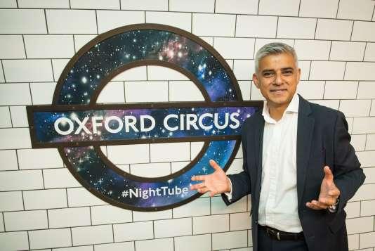 Sadiq Khan, le maire de Londres, pose devant un logo du « Night Tube» à Oxford Circus, le 18 août.Dominic Lipinski/PA via AP