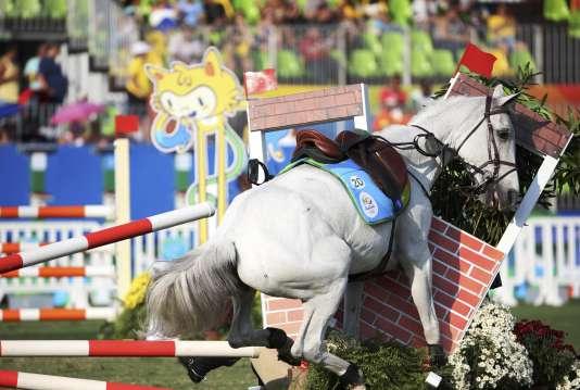 Les risques du pentathlon moderne : le cheval de la Cubaine Leydi Laura Moya échoue de peu à franchir l'obstacle.