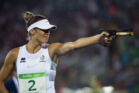 Elodie Clouvel lors de la dernière épreuve du pentathlon moderne, qui mêle tir et course à pied.