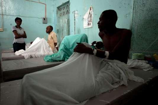 Traitement de malades du choléra dans le quartier Carrefour de Port-au-Prince, le 18 août.