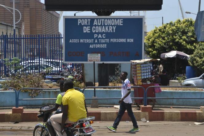 Devant l'entrée du port de Conakry.