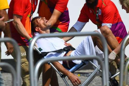 A l'arrivée, le Français a été transporté sur une chaise vers une tente.