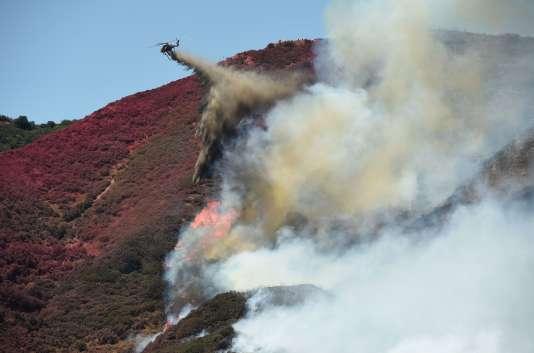 Un hélicoptère largue de l'eau sur l'incendie baptisé«Blue Cut Fire », le 18août, dans le comté de SanBernardino.