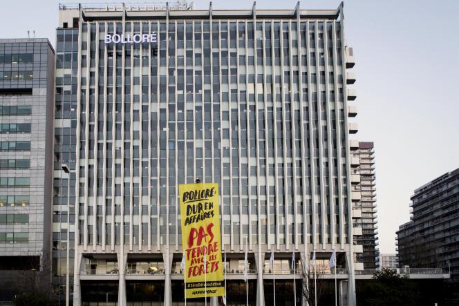 La tour Bolloré, à Puteaux, devant laquelle l'ONG Greenpeace a installé une pancarte, en février 2016.