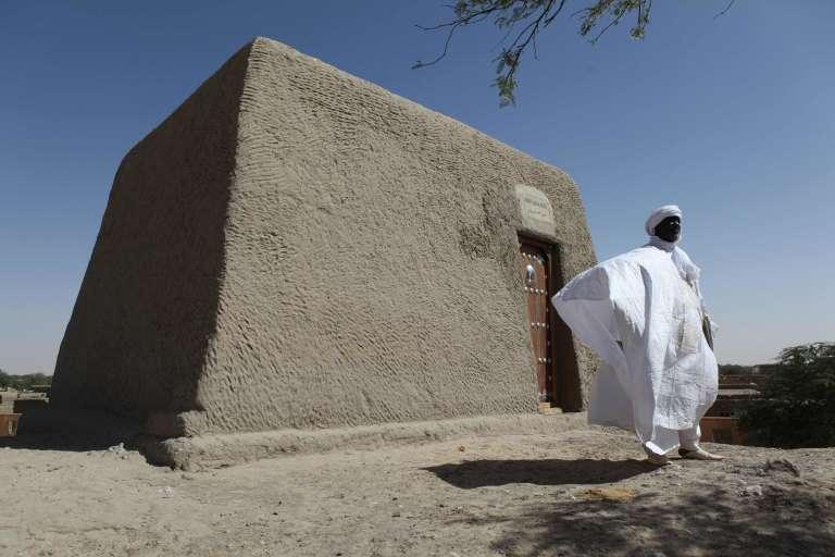 Sane Chirfi, représentant de la famille responsable du mausolée Alpha Moya, l'un des tout premiers vandalisés, devant l'édifice le4 février 2016 à Tombouctou (Mali).