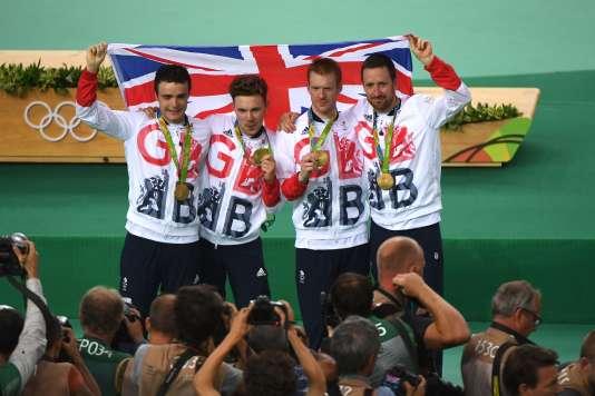 Les cyclistes britanniques après leur titre olympique dans l'épreuve de la poursuite par équipes, le 12 août, à Rio.