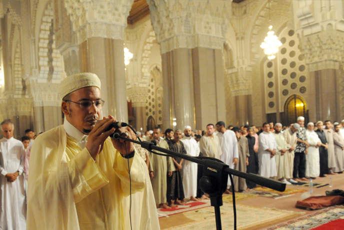 L'imam Omar Al-Kzabri ajuste son microphone à la mosquée Hassan II, pour la prière surérogatoire des Tarawih, pendant le mois de ramadan, le 29 août 2009.