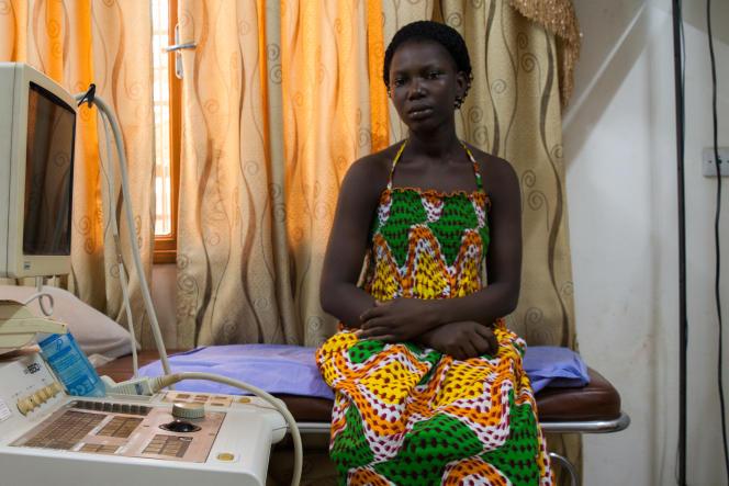 Zenabou, jeune fille burkinabée excisée enfant qui a bénéficié à 15 ans d'une recontruction vulvaire le docteur Michel Akotionga à Ouagadougou en avril 2016.