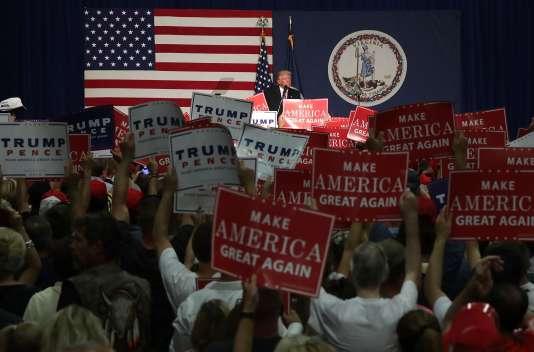 Donald Trump face à la foule lors d'un meeting à Fredericksburg, en Virginie, samedi 20 août.