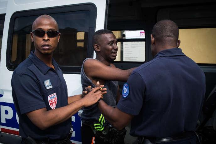 Les réfugiés sont systematiquement arrêtés à la gare de Menton Garavant par la police française.