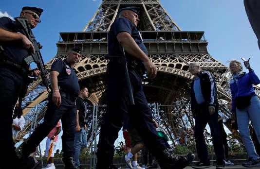 Au pied de la tour Eiffel, en août.