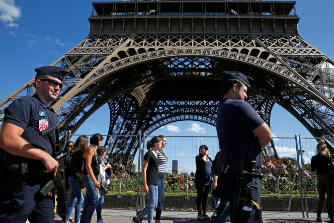 Patrouilles de CRS en août 2016 à la tour Eiffel.