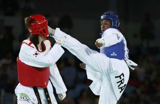 Haby Niare (en bleu) face à la Sud-Coréenne Oh Hye-Ri, lors de la finale des moins de 67 kilos, le 19 août.
