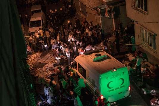 Des ambulances sont arrivées sur le site de l'explosion, à Gaziantep, dans la nuit du 20 au 21 août.