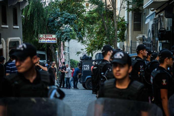 Des policiers antiémeute aux abords des locaux d'«Ozgür Gündem», un journal lié au mouvement kurde interdit par le pouvoir, le 16 août, pour cette raison.