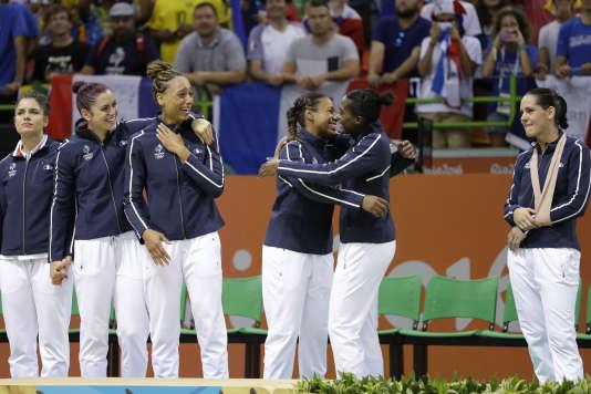 Les handballeuses françaises ont remporté la première médaille olympique de l'histoire de leur sport.