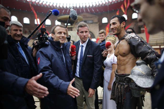 Emmanuel Macron, entouré de Philippe et Nicolas de Villiers, visite le Puy du Fou, en Vendée, le 19 août.