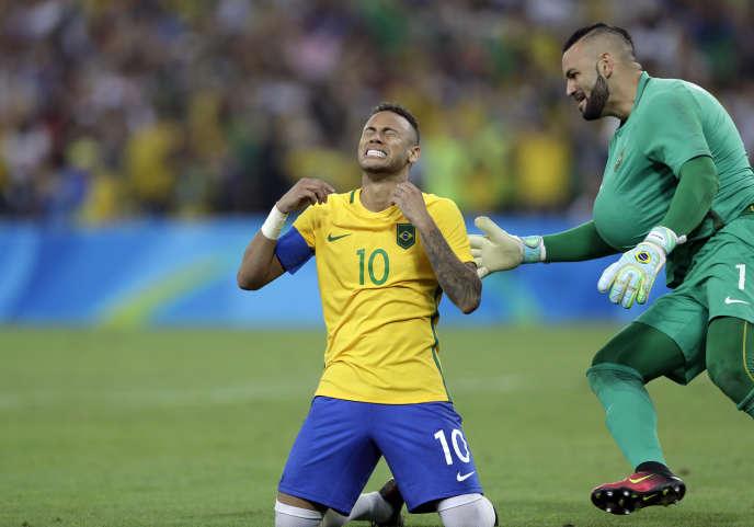 Neymar s'agenouille après le tir au but vainqueur, à côté du gardien Weverton