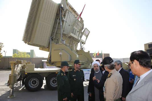 Hassan Rohani et son ministre de la défense, Hossein Dehghan, ont présenté aux médias iranien le système de défense anti-aérien Bavar 373.