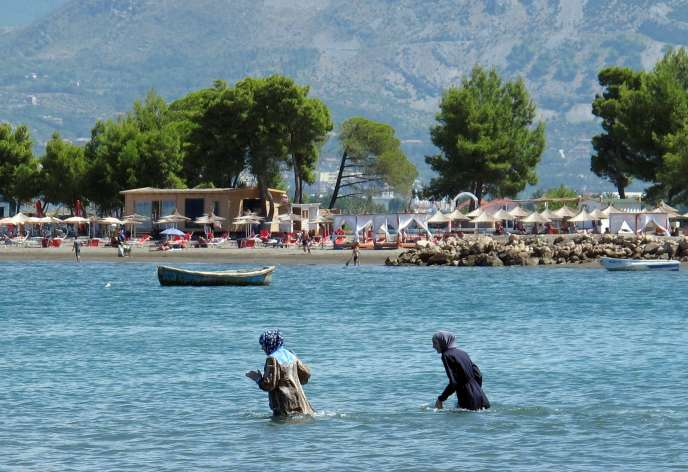 Deux femmes portant le hijab, le 19 août 2016 à la plage de Shengjin, en Albanie.