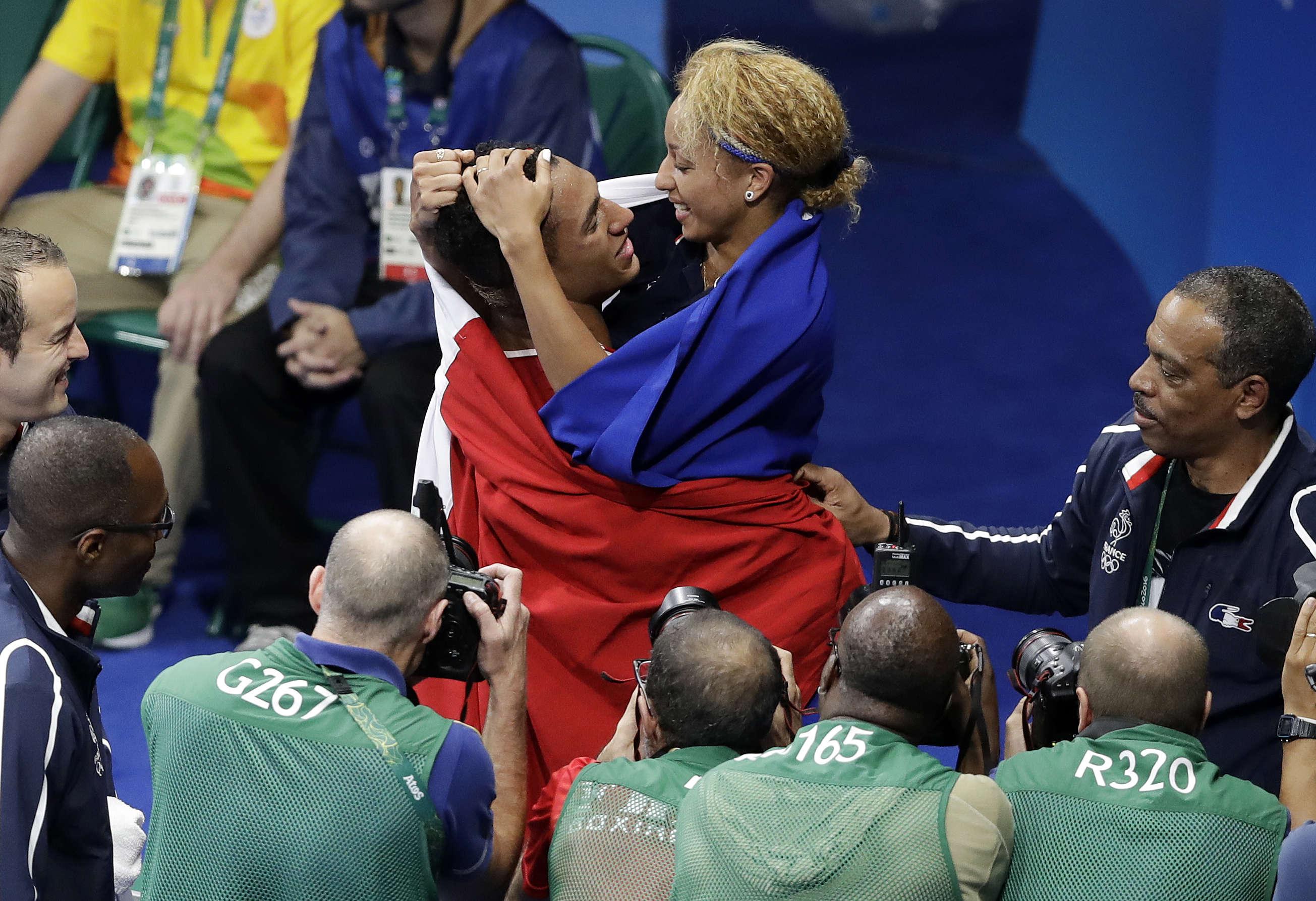 Le couple formé par Tony Yoka et Estelle Mossely, sous les yeux des photographes savoure son bonheur. Les deux boxeurs français ont remporté l'or dans leurs catégories respectives. Un rêve qu'ils s'étaient fixés et qu'ils ont réussi à accomplir.