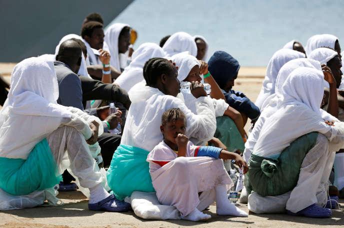 Des migrants à Augusta, en Sicile, le 21 août.