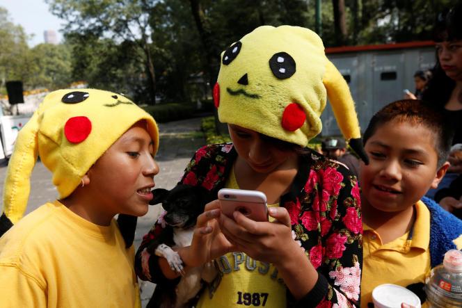 Des joueurs de Pokémon Go déguisés en Pikachu dans la rue, à Mexico City, le 21 août.