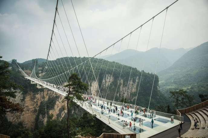 Le pont piéton en verre le plus long et haut du monde, dans les spectaculaires montagnes chinoises de Zhangjiajie, le 21 août 2016.