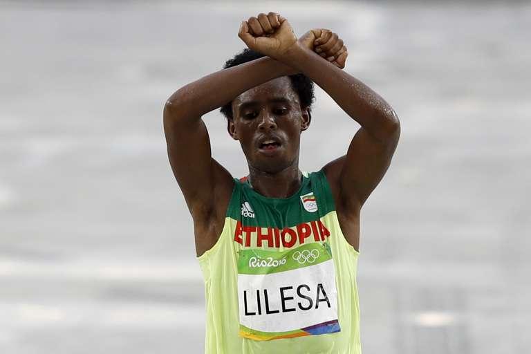 Feyisa Lilesa, à l'arrivée du marathon olympique de Rio, le 21 août 2016.