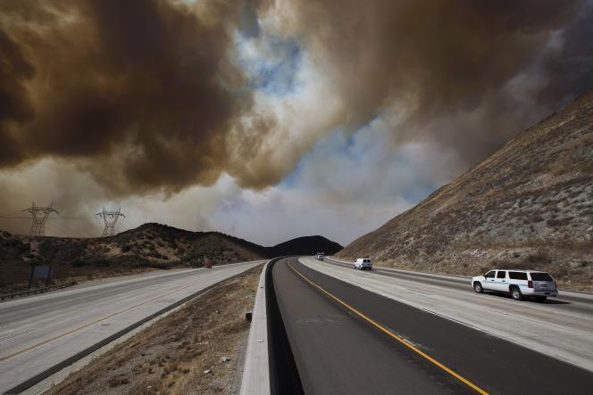 Sur la route entre Los Angeles et Las Vergas pendant l'incendie duBlue Cut, le 17 août près de Wrightwood en Californie.