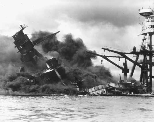 Le cuirassé «USS-Arizona» en train de couler, à Pearl Harbor, le 7décembre1941.