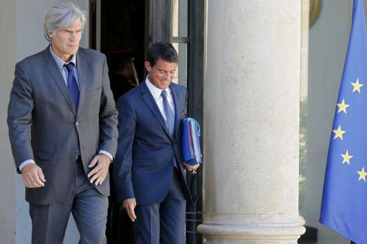 Stéphane Le Foll et Manuel Valls sortent du palais de l'Elysée, à Paris le 22 août.