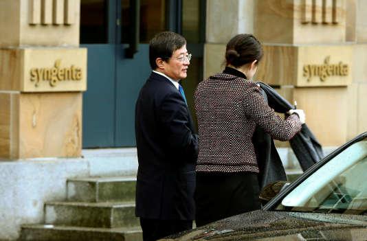 Ren Jianxin (à gauche), le président de China National Chemical Corp, arrive au siège du fabricant suisse de produits agrochimiques Syngenta, à Bâle, le3février2016.