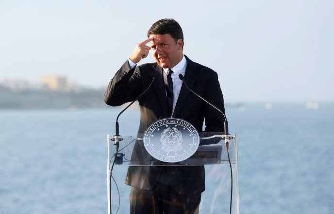 « Les présidents, les conseillers des régions ou les maires qui seront nommés sénateurs se voient offrir en présent l'immunité parlementaire pour tout ce qui touche aux arrestations, perquisitions, écoutes téléphoniques, etc. Un cadeau en or pour cette nomenklatura» (Photo: Matteo Renzi, le 22 août ).
