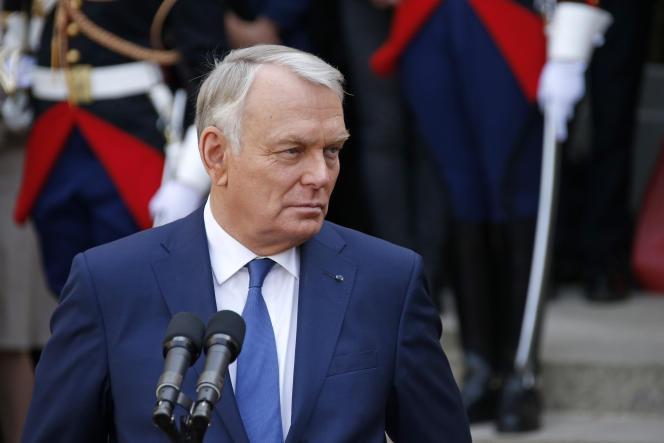 Jean-Marc Ayrault, le 1er avril 2014, lors de la cérémonie de passation de pouvoir avec Manuel Valls à Matignon.