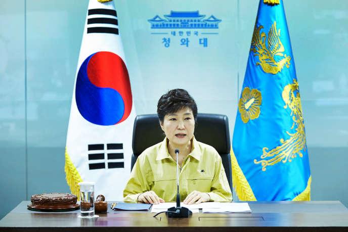 «Un double échec, politique et personnel, pour une femme qui s'était investie de la mission de redorer la figure de son père : le général-président Park Chung-hee dont l'image restait ternie par la dictature qu'il avait instaurée» (Photo: Park Guen-hye le 22 août).
