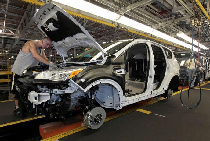 Un employé de l'usine Ford de Louisville en train d'assembler un modèle Ford Escape, en juin2012.