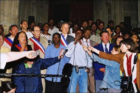 Au centre, de gauche à droite, Madjiguène Cissé et Ababacar Diop le 21 août 1996 dans l'église Saint-Bernard.